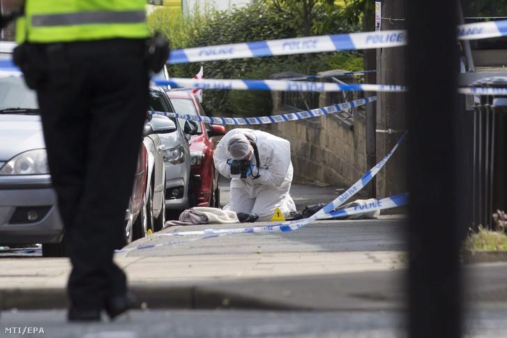 Bûnügyi helyszínelõ az észak-angliai Birstall településen 2016. június 16-án miután fegyveres támadás érte Jo Cox brit parlamenti képviselõt a helyi könyvtár elõtt.