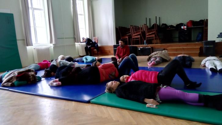 Meditációs, lazító pillanatok az utcaszínházas csapat foglalkozásán