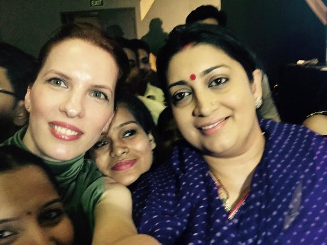 Smriti Iranival, az indiai kulturális miniszter asszonnyal