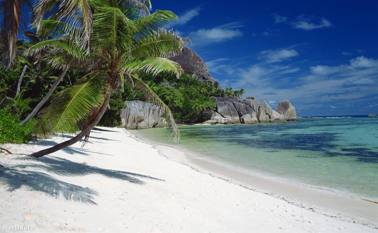 Na ez viszont tényleg a Seychelle-szigetek. Akármennyi homokot visznek a partra, Siófok sosem fog így kinézni