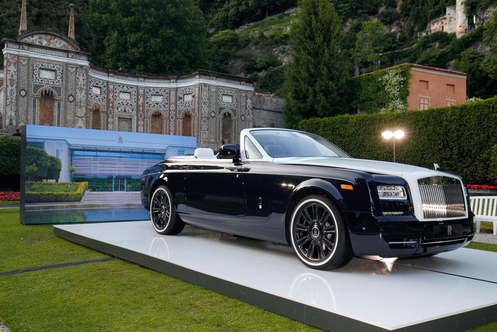 Kevés jobb vagy szebb helyet lehet találni egy Rolls-Royce számára, mint a Villa d'Este parkja. Minden évben valamilyen új különlegesség áll középen, szépen megvilágítva