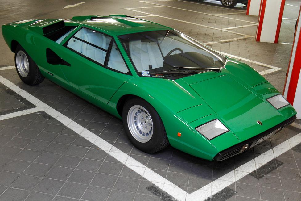 Aki korán kel, Lamborghinit lel. Mi kicsit későn értünk a teremgarázshoz, ahol a kocsik az éjszakákat töltik, csak ez a gyönyörű, versenyen kívüli Countach maradt. Az első széria a legletisztultabb, legelegánsabb talán