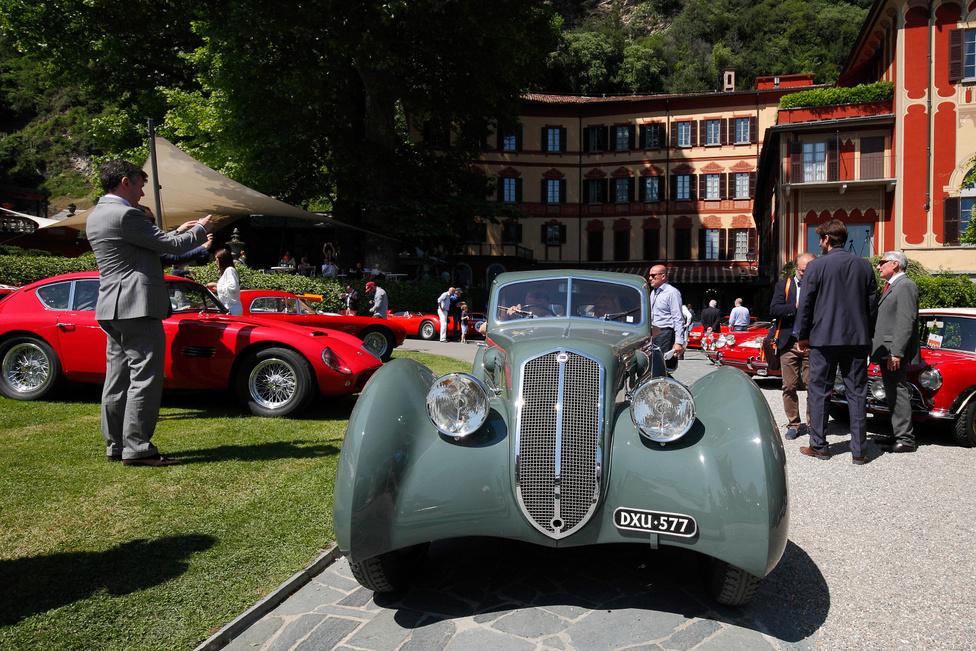 Na, ez nem lepett meg. Mármint a szakmai közönség díja. A harmadik szériás Lancia Astura (1933) fantasztikus, lenyűgöző és elképesztően formás. A Castagna által készített felépítmény eredetileg egy Alfa Romeo 8C-n volt, majd átalakították, hogy passzoljon a nagyon rövid, mindössze 2,88 méteres tengelytávú Asturára, amelyben a hathengeres sorost nyolchengeres V motor váltotta. Hogy miért? Mert így rendelte versenycélokra Vittorio Mussolini