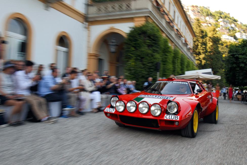 Lancia Stratos. Egy autómániásnak ennyi elég, hogy meginduljon a nyálelválasztása. A Stratos volt az első olyan autó, amit kifejezetten raliversenyzésre terveztek, de kellett belőle 500 darab utcai kivitel, hogy homologizálhassák – a kocsi többe került, mint a Ferrari Dino 308 GT4, ezért az utolsó darabok sokáig álltak eladatlanul. De a versenyváltozat háromszor egymás után megnyerte a rali-világbajnokságot, ez a kocsi a Villa d'Este-n pedig a fiatalok szívét – a 16 évesnél fiatalabb látogatók díját kapta