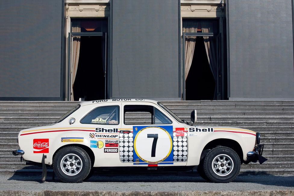 """Forduljunk 180 fokot, a Villa Visconti előtt a Ford Escort RS 1600 áll, a """"Raliautók – a gyorsasági szakaszok hősei"""" kategória győztese. Ez az a kocsi, amellyel Hannu Mikkola és Gunnar Palm első európaiként megnyerte az ötezer kilométeres Kelet-Afrikai Szafari ralit 1972-ben. Eredeti állapotában maradt fenn"""