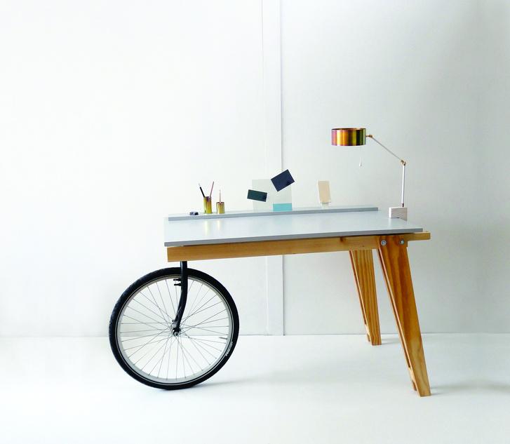 Biciklibőkl kialakított asztal a Bringológia kiállításon