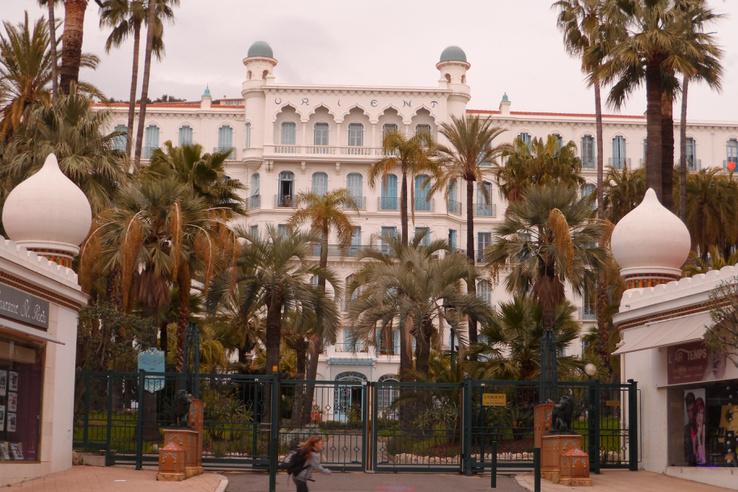 """Az egykori Grand Hotel Orient. 1929-ben így hirdették a Pesti Naplóban: """"Hírneves luxusszálló. Déli fekvés, évszázados pálmapark. Az arisztokrácia és legelitebb társaságok otthona."""""""