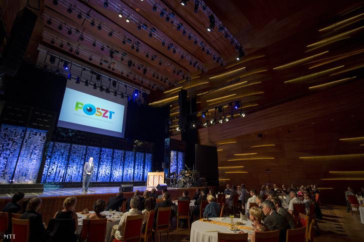 Hoppál Péter az Emberi Erõforrások Minisztériumának kultúráért felelõs államtitkára beszédet mond a Pécsi Országos Színházi Találkozó (POSZT) díjátadó gáláján a pécsi Kodály Központban 2016. június 18-án.