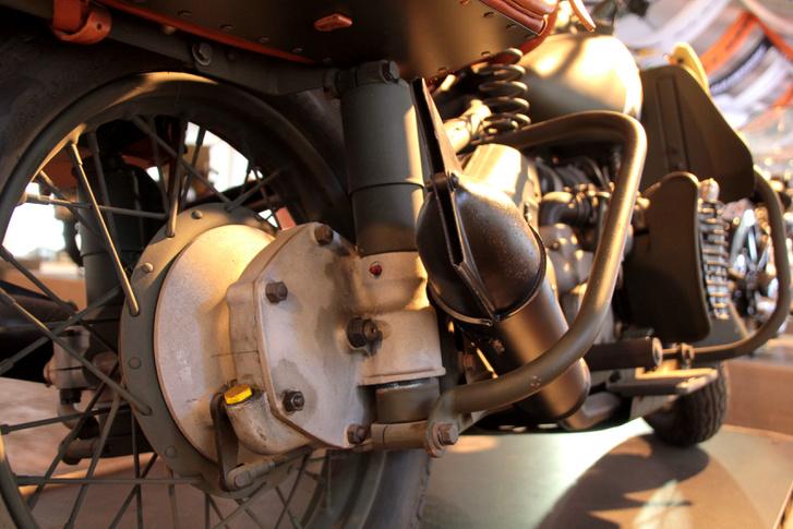 A bokszernek a váza is más, ez kapott egy bakteleszkópos hátsó felfüggesztést. Érdekes, hogy 1957-ig merevvázasok voltak a Harley-k, a Sportsterekkel kezdődött az elöl-hátul rugózós korszak