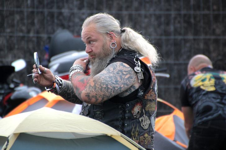Egy gondos biker ad a megjelenésére. Gondosan fésült szakáll nélkül egy lépést sem!  Irigykedjetek, hipszterek