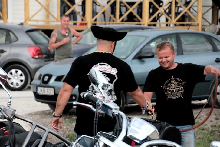 Mi mást is csinálhatna egy Kóbor Betyár, mint csikós kalapban karikás ostort pattogtat a Harley-találkozón?