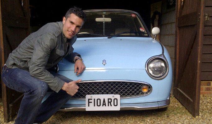 Thomas Vermaelen (Belgium) - Nissan Figaro (a képen Robin van Persie pózol az akkori arsenalos csapattárs autójával)