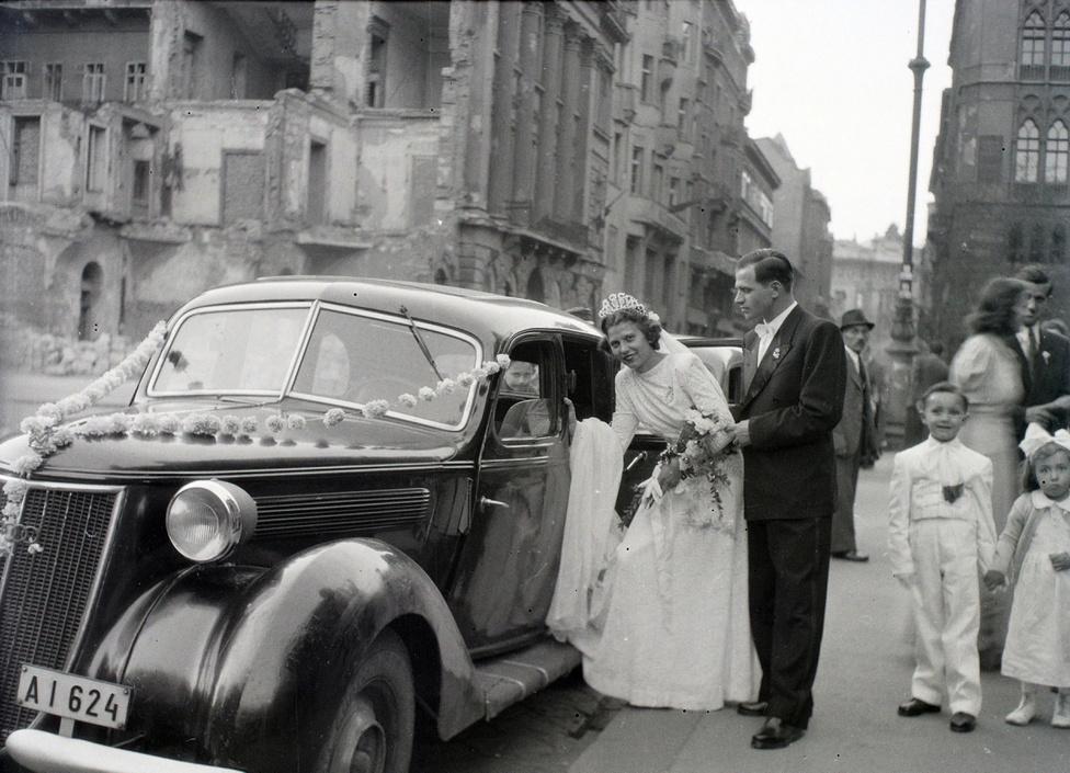 A statisztikák szerint 1946-ban 12.800 házasságkötés történt Budapesten, csaknem ugyanannyi, mint 1938-ban, vagyis az utolsó békeévben.