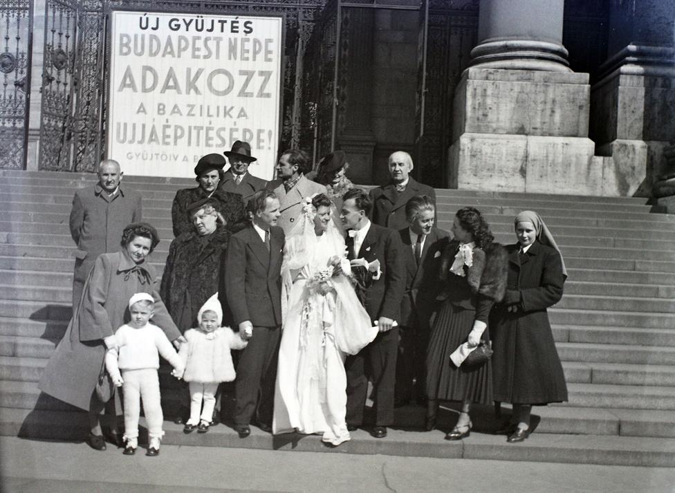 """Ez a pár bizonyára unokáinak is elmesélte, hogy a leégett kupolájú Bazilika falai között tartották az esküvői szertartást. Az egyház, a főváros és a magánemberek adományai nem bizonyultak elegendőnek az óriási károk helyrehozatalához, még 1948-ban is újra és újra szólítottak: """"Budapest népe adakozz!"""""""