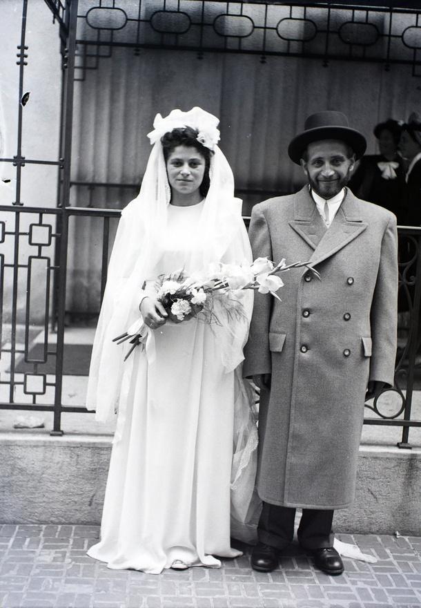 """1945-ben a háború utáni újságok legfontosabb rovata volt a """"Ki tud róla?."""" Itt kért tudósítást a front hullámzása miatt elsodródott menyasszonyáról a már hazatért vőlegény, vagy a menyasszony a szem elől tévesztett (akár honvéd, akár deportált) vőlegényéről. """"A beszélgetéseink valahogy úgy kezdődtek: Majd, ha megjön Miklós…Tibi…Laci…Pali… Kiirthatatlan remény élt bennünk, hogy az eltűntek élnek, és hazajönnek."""" (Szakasits Klára: Fent és lent 1945-1950)"""