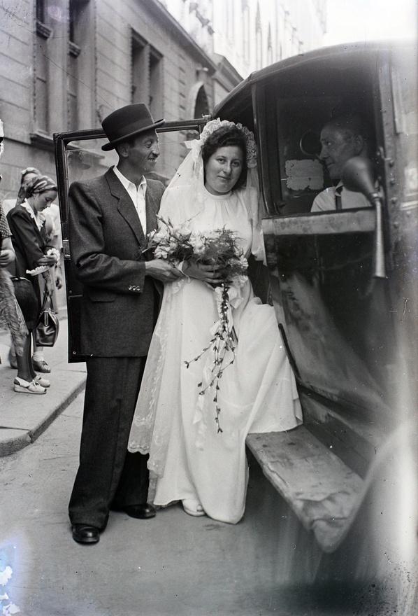 """""""Feltűnő eltérést találunk azonban e két év [vagyis 1938 és 1946] során a házasságot kötött felek megelőző családi állapota terén. Különösen nagymérvű gyarapodást látunk mindkét nemhez tartozó házasságra lépő özvegy családi állapotú egyének körében. Az első világháború után is megnövekedett az új házasságra lépő özvegy menyasszonyok száma, a mostani után azonban egészen különös jelenségnek vagyunk a tanúi, mivel most nemcsak az özvegyen maradt nők kötnek igen nagy számmal házasságot, hanem az özvegy vőlegények száma is […] emelkedett."""