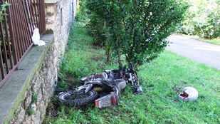 A rendőrök helyett a kerítés állította meg a részeg motorost