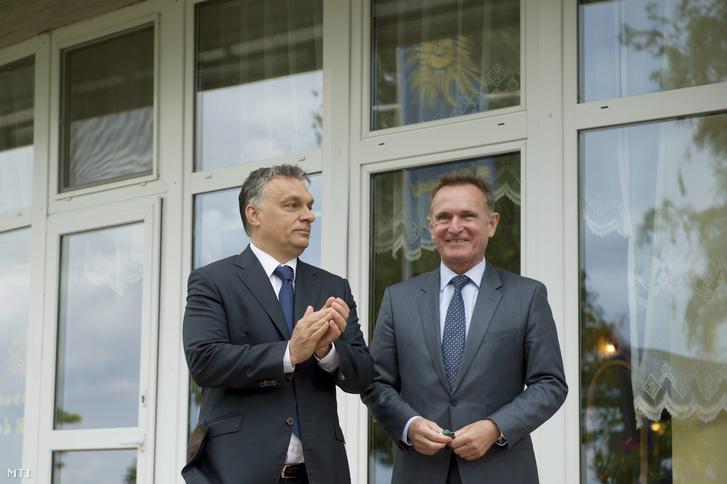 Orbán és Wáberer egy üzemi üdülõ avatóján 2015-ben