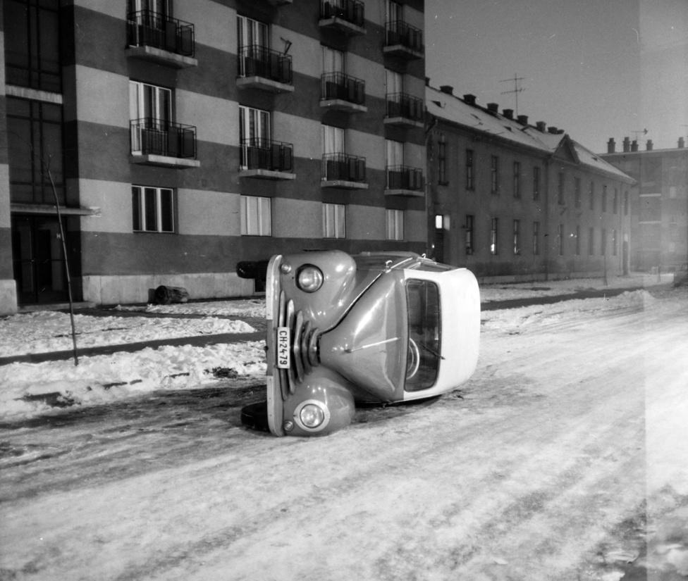 Lehet, nem is bűntény, hanem egy baleset történt a jeges úton. De bármelyik krimifilm kezdőképének is beillene az oldalra borult autó. rémisztő, hogy sehol egy bámészkodó, még az ablakokban, az erkélyeken sem. És más parkoló autó sincs az utcán.