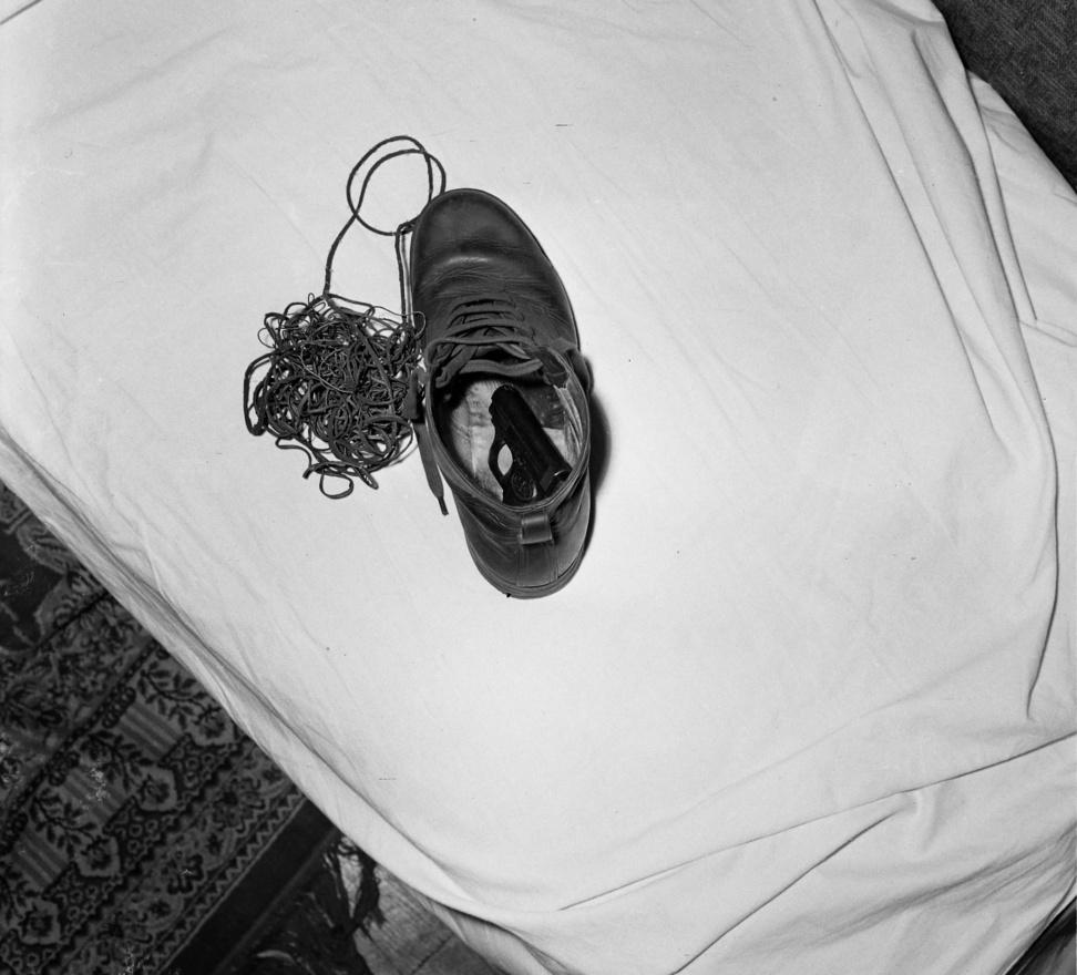 A cipőben talált pisztoly még érthető, ha valai rablásra vagy gyilkosságra készült. De mihez kellett a cipő mellett lévő hosszú zsinór?