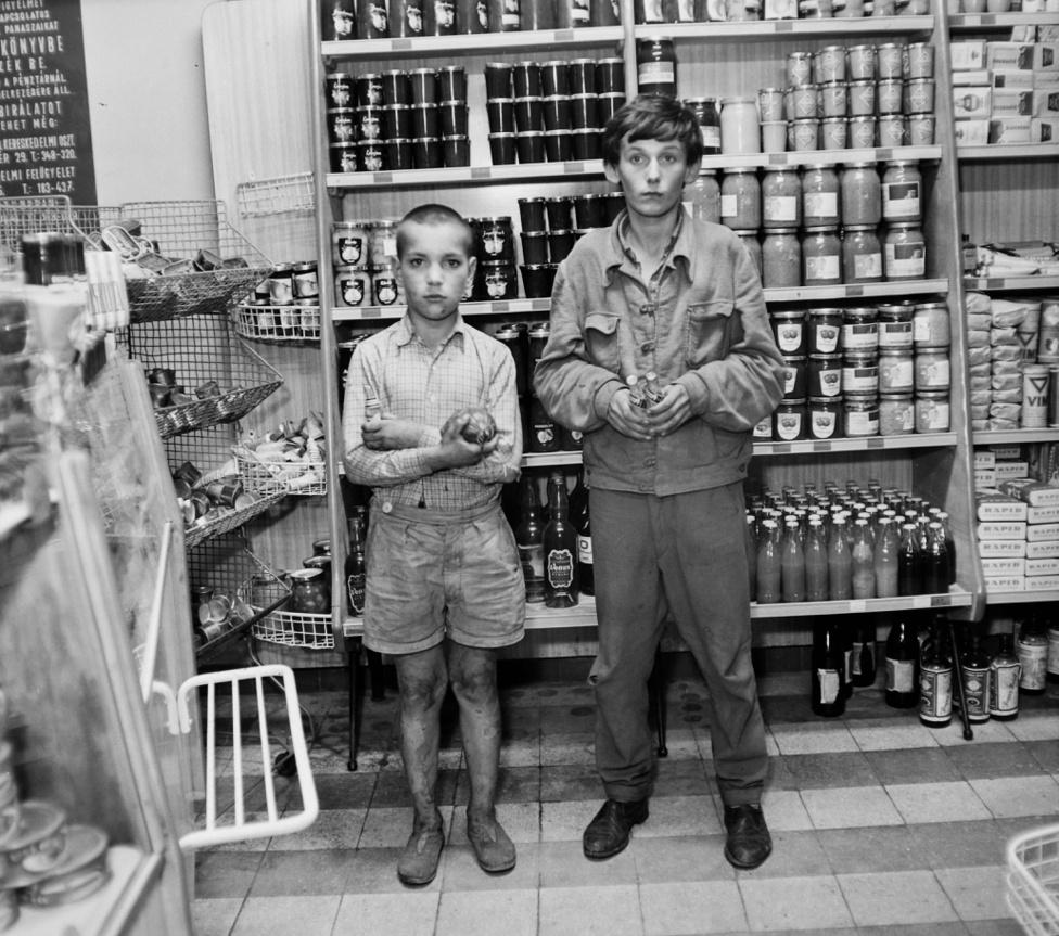 Újabb bolti lopás, újabb gyermek elkövetők. A kisebbik még magyarázkodhatott, hogy éhes volt, de a nagyobbik srác lebuktatta mindkettőjüket a kezében szorongatott snapszos üvegekkel.