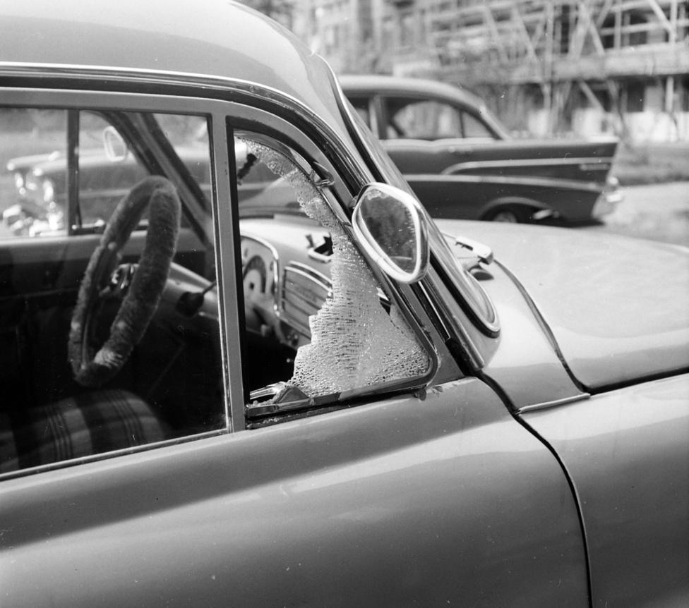 Ma már ritkábban látni betört autóablakokat, több a riasztó és ritkábban hagyunk pénztárcát az ülésel. Az I. kerületi Szilágyi Dezső téren rosszul járt egy tehetősebb budai polgár, kellett neki nyugati kocsi, pláne egy Opel Olympia Rekord.
