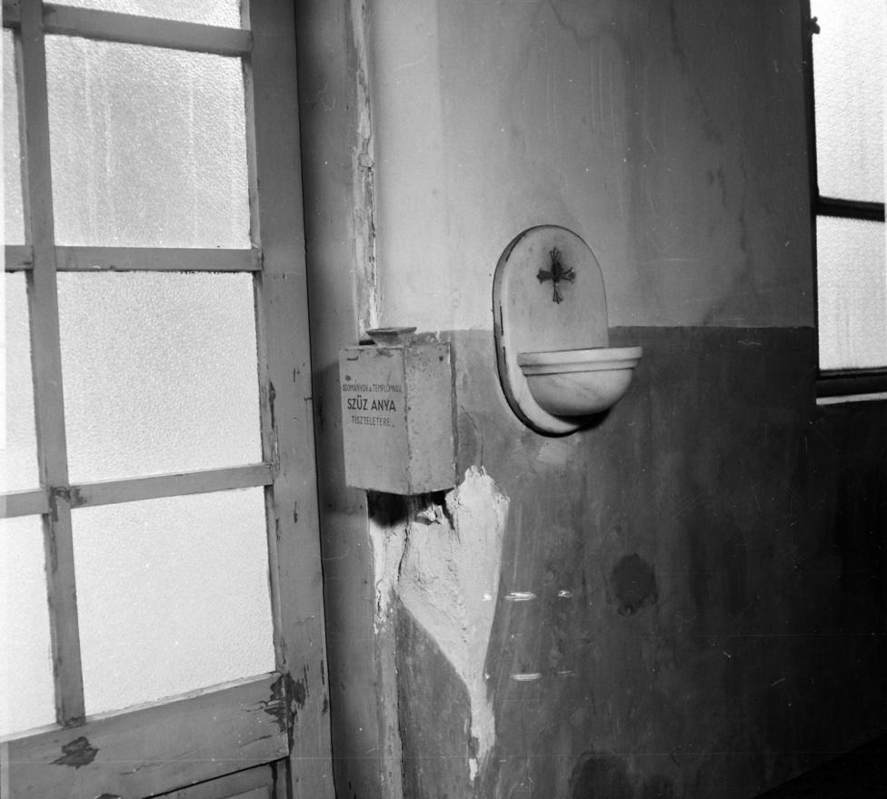 Rögtön egy újabb Agatha Christie-krimi jutott az eszembe, Gyilkosság a paplakban, bár itt valószínűleg ennél kisebb bűncselekmény történhetett: a falon lévő nyomok alapján perselylopás történt. A helyet sikerült azonosítani, a józsefvárosi Tömő utca 31. alatt lévő római katolikus kápolnát rabolta ki valaki.
