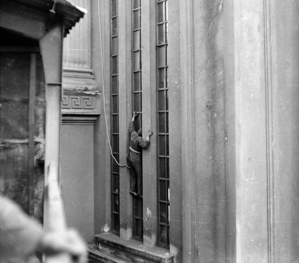 A falon függő férfi esete. A kép zavarba ejtő. Miért mászott fel a férfi az épület falára? Valószínűbb, hogy nem a bűncselekményt, hanem annak rekonstrukcióját látjuk. Valaki betörthetett az épületbe, amely az oszlopról ítélve múzeum, esetleg színház. A nyomozók pedig próbálják kideríteni, hogy jutott be a magas ablakon. Tényleg, hogy jutott be? És miért ott hatolt be az épületbe?