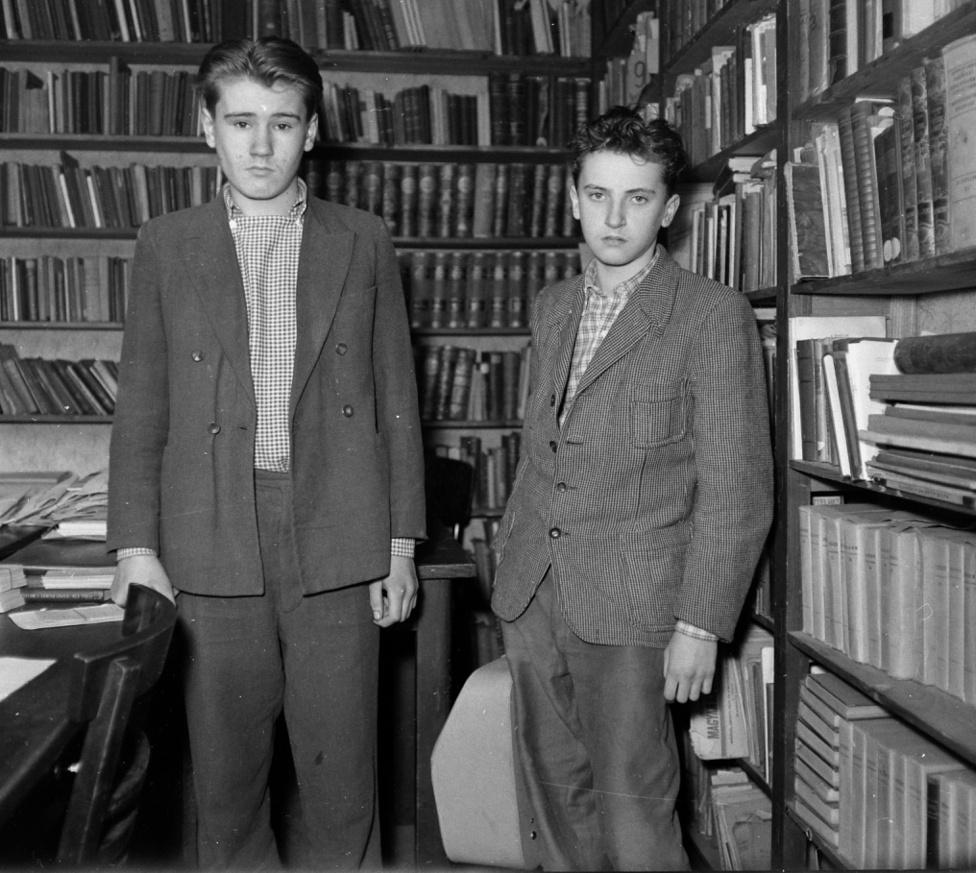 Ma már mosolyoghatunk Agatha Christie egyik remekművén, a Holttest a könyvtárszobában című regényén. Kinek van manapság könyvtárszobája? És miért követne el ott valaki bűncselekményt? A két ártatlanul néző fiúval márpedig egy könyvtárszobában vagy könyvtárban vagyunk. A két fiú pedig talán azt írógépet lopta el, amelyet az egyikük a kezében szorongat.