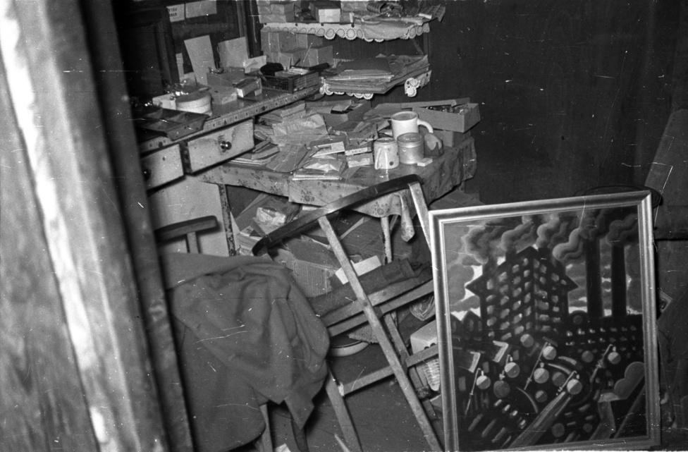 Mintha csak egy Karel Čapek-kriminovellába csöppentünk volna. Ő tudott oldalakat szentelni annak a kérdésnek, hogy került egyetlen lábnyom egy havas mezőre. Mi most egy felforgatott irodahelyiségben vagy tárolóban vagyunk, a székek eldöntve, a papírok szanaszét. Elsőre azt hihetnénk, betörtek ide. De akkor mit keres az értékesnek tűnő avantgarde festmény a helyiségben? Azt miért nem lopták el? Később került  elő? Vagy éppen hogy ellopták, és itt tárolták a tolvajok? Nyomozóink utánajártak: nem akármilyen festményről van szó! Scheiber Hugó Külváros című képe, amelyet 2011-ben is kikiáltottak egy aukción. A becsült értéke akkor 1 és 1,4 millió forint között volt. De hogy került a festmény ötven évvel később az aukcióra?