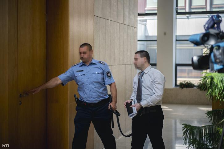 K. S. Sz. vádlottat vezetik az ellene szexuális erõszak bûntette miatt indított büntetõeljárás harmadfokú tárgyalására a Pécsi Ítélõtábla épületébe 2016. június 22-én. A táblabíróság jogerõsen kilenc év börtönre ítélte a férfit aki 2014 augusztusában az Eötvös Loránd Tudományegyetem (ELTE) fonyódligeti gólyatáborában megerõszakolt egy lányt.