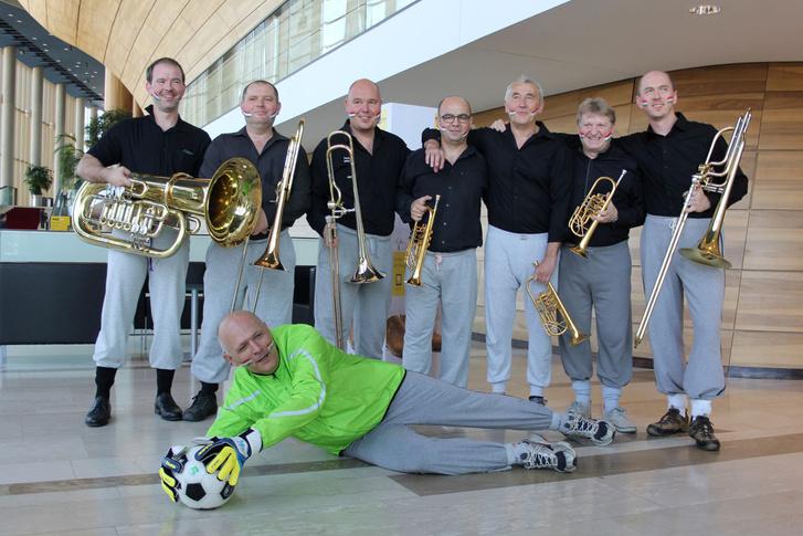 Magyar Rádió Szimfonikus Zenekarának hét zenésze nürnbergi mesterdalnokoknak a főpróbáján mackónadrágban.