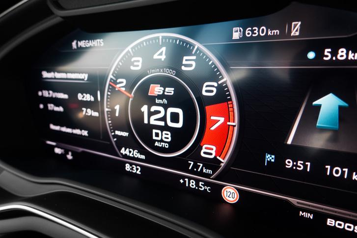 Nyolcadik fokozatban 1800-at forog a motor az autópályán és 130-nál is alig többet mint 2000/perc. A műszerfal egyetlen kijelzőből áll, erre szinte bármit kivetíthetünk, még a navigáció részletes térképét is