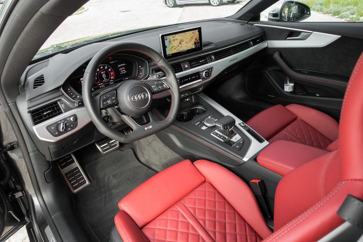 A legújabb kori Audik tipikus belső tere. A középkonzol kijelzője nem tűnik el a műszerfalban, de teljesen kikapcsolható