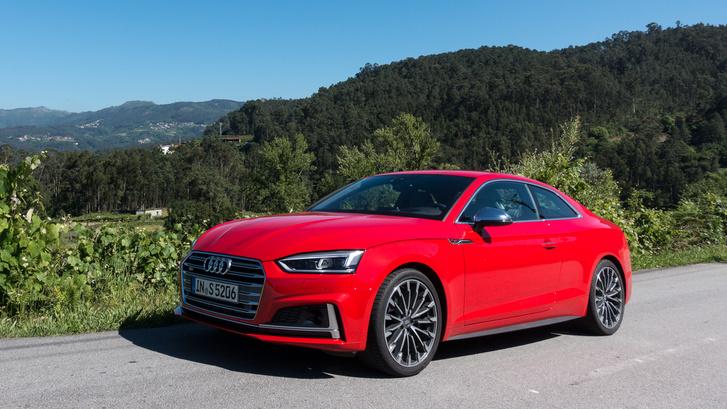 Az új S5 motorja szenzációs, az 500 newtonméter nyomaték már 1350 fordulattól rendelkezésre áll, az autó félelmetesen fáradhatatlan