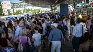 Nem jár az 1-es villamos, áll a tömeg a Szentlélek térnél