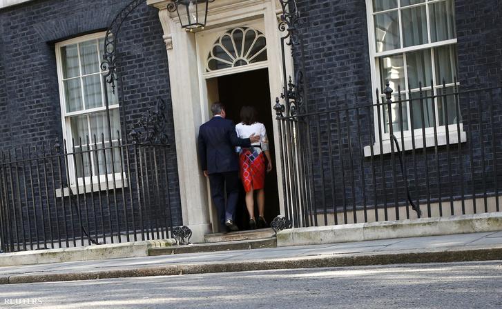 David Cameron és felesége a sajtótájékoztató után