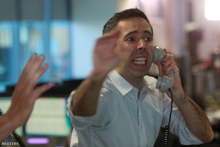 Ideges bróker a londoni tőzsdenyitáskor péntek reggel. 31 éves mélyponton a font, káosz a tőzsdén.