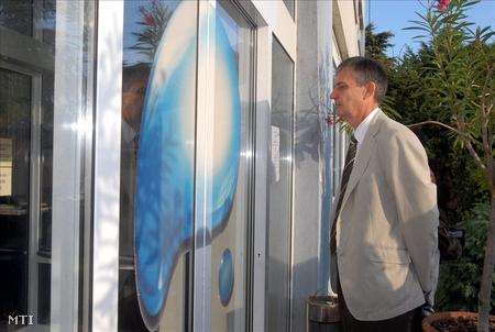 Nyirati István, a Pécsi Vízmű Zrt. vezérigazgatója megpróbál bejutni a székházba
