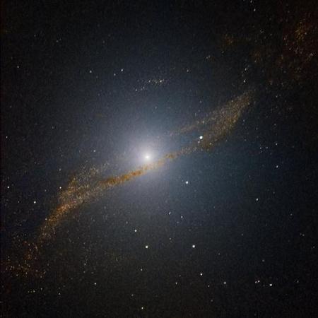 A Centaurus A galaxis speciális technikával feldolgozott infravörös képén jól látható egy paralelogrammához hasonló alakzat, ami egy korábban, 200-700 millió évvel ezelőtt bekebelezett kisebb spirálgalaxis maradványa. A látómező mérete 4x4 ívperc.