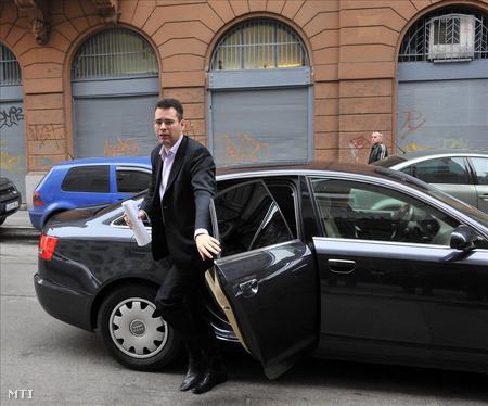 Molnár Csaba érkezik a gyűlésre