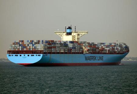 A Mærsk Edith Maersk nevű konténerszállító-hajója a Szuezi-csatornán. (Forrás: Wikipedia, Hebster)
