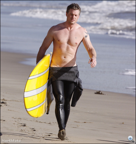 Eric Dane, hóna alatt szörffel