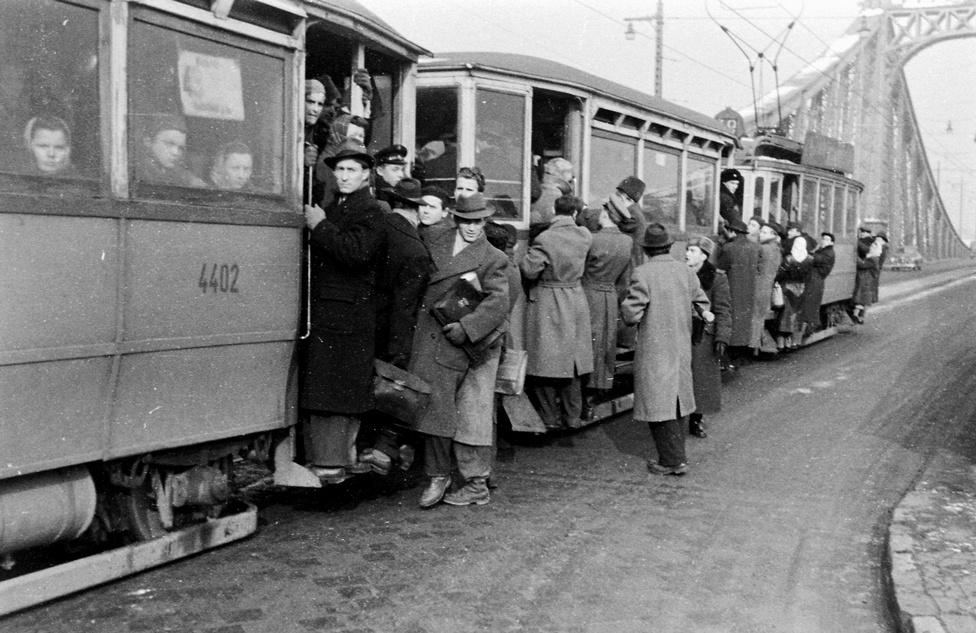 Amikor még volt nagy focink, de mégsem egy meccseredmény miatt állt a körúti (igaz, kiskörúti) villamosforgalom. Pedig akár így is lehetett volna, ez a kép is 1954-ben készült, amikor a Szabadság hídon áramszünet miatt kellett vesztegelnie a 49-es villamosnak. A fővárosi tömegközlekedésnek egyébként a háború után folyamatosan meg kellett küzdeni a zsúfoltsággal, részben mert a motorizáció töredéke volt a mainak, részben pedig azért, mert nagyon szegényes volt a Beszkárt (a mai BKV), illetve az ötvenes években az annak feldarabolásával létrejött közlekedési társaságok eszközparkja.