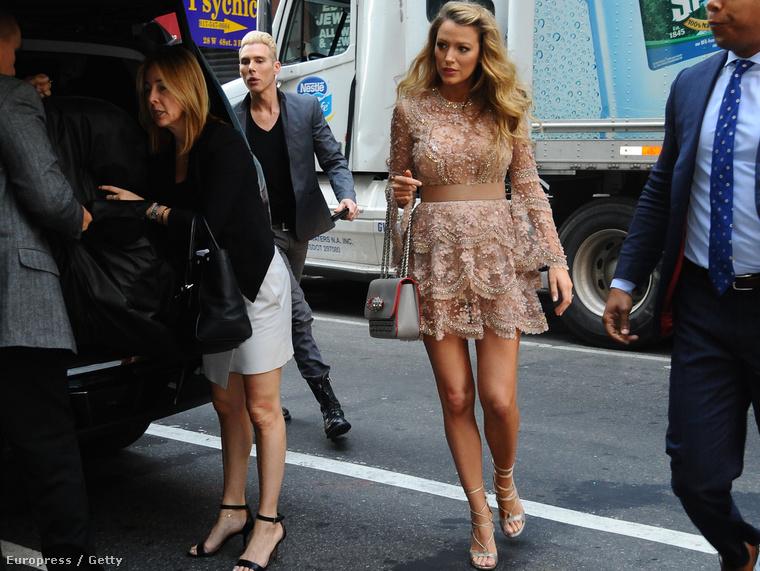 HÉTFŐ: Blake Lively New York utcáin
