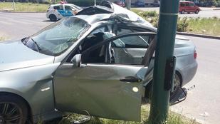 Villanyoszlopnak ütközött egy személyautó a Szentmihályi úton