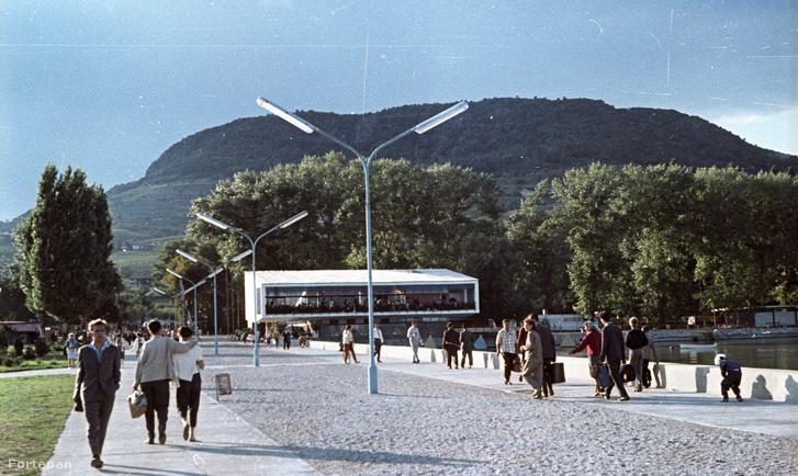 A Poharazót is tervező Callmeyer Ferenc másik badacsonyi alkotása a Balaton fölé nyúló Tátika étterem 1964-ben