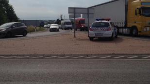 Tartálykocsi ütközött személyautóval az M1-es autópályán