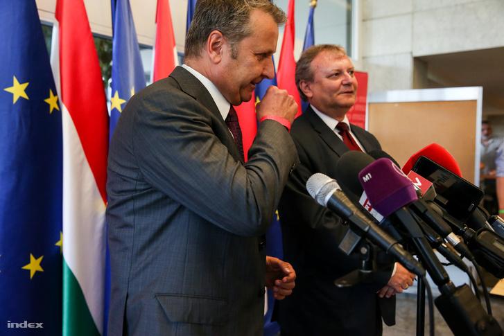 Molnár Gyula és Hiller István a Magyar Szocialista Párt tisztújító ülését követő sajtótájékoztatón, 2016. június 25-én.