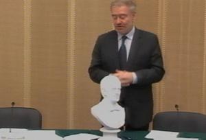 Valerij Gergijev a róla mintázott szoborral